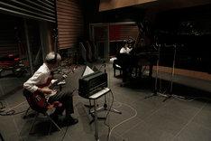 乃木坂46「君の名は希望」を演奏する佐久間正英、生田絵梨花(左から)。