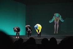 渋谷慶一郎+初音ミク「THE END」パリ公演の様子。