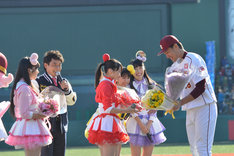 田中投手に花束を渡す百田夏菜子。