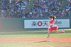 「走れ!」のパフォーマンス中にベースランニングする百田夏菜子。
