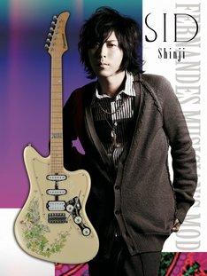 Shinjiとシグネチャーモデルギター「DECADE-CUSTOM LESHY」。