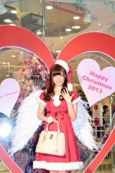 クリスマス用フォトコーナーの前で記念撮影をする白石麻衣。