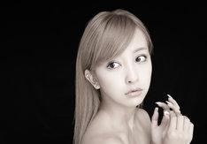 板野友美の最新アーティスト写真。
