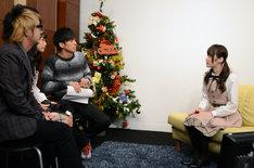 出演者やゲストから質問を受ける乃木坂46高山一実(右)。