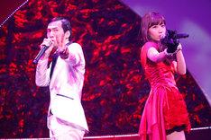 「二人はデキテル」をムードたっぷりに歌う北川謙二と小嶋陽菜。 (C)AKS