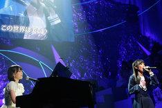 渡辺麻友は乃木坂46の「君の名は希望」を熱唱。シークレットゲストとして登場した乃木坂46生田絵梨花がピアノを演奏した。 (C)AKS