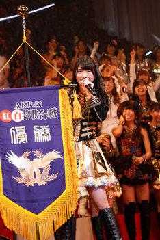 「第3回AKB48紅白対抗歌合戦」優勝は白組。優勝旗を掲げるキャプテン横山由依。 (C)AKS