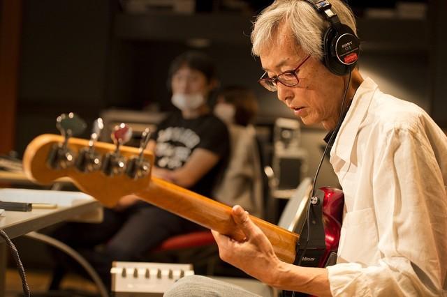 「Last Days」レコーディングでの佐久間正英。(写真提供:NHK)