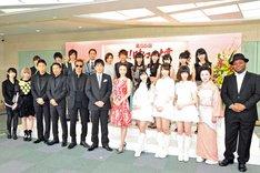 総合司会の安住紳一郎アナウンサー、上戸彩と各賞を受賞したアーティストたち。