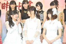AKB48のメンバー。左から渡辺麻友、柏木由紀、島崎遥香。