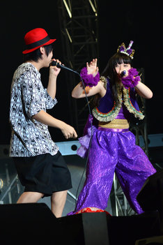ボイスパーカッションでDaichiとセッションする大黒柚姫。