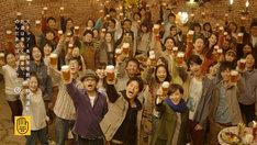サッポロビール企業CM「みんなのビヤホール」編のワンシーン。最前列左から奥田民生、妻夫木聡、滝川クリステル。