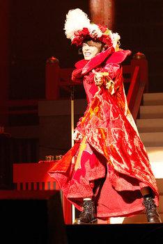 リリース当時の衣装で「Burnin' X'mas」を歌う西川貴教。