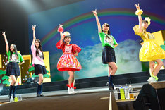本年度の3Bjunior卒業生とももいろクローバーZ・百田夏菜子(中央)。