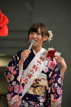 「福山・鞆の浦応援特別大使」のタスキとばらのコサージュをプレゼントされた岩佐美咲。