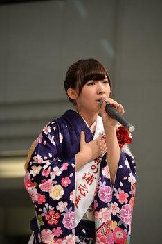 「鞆の浦慕情」を歌唱する岩佐美咲。