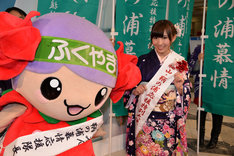 福山市ばらのイメージキャラクター「ローラ」(左)と記念撮影をする岩佐美咲。