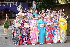 東京・中目黒八幡神社の境内でフォトセッションに応じるE-girls。