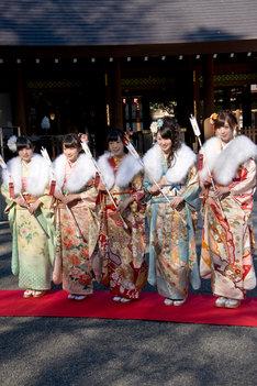 左から伊藤かりん、秋元真夏、斉藤優里、高山一実、西川七海。