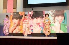 蜷川実花撮影による記念写真の横に立つメンバー。