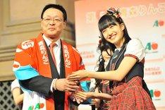 第5代青森りんごクイーンに任命され記念のクリスタルトロフィーを授与される田島芽瑠。