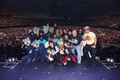 観客と記念撮影をする「LIVE EXPO TOKYO 2014 ALL LIVE NIPPON Vol.2」出演者たち。