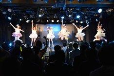 愛乙女★DOLL定期公演「~夢なんかじゃ終わらせないよ!歌声を力に変えて~」の様子。