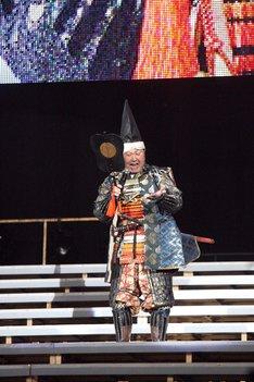 武将姿でナゴヤドーム公演幕開けを宣言する板東英二。 (c)AKS