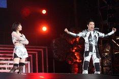 左から須田亜香里、蛯名健一。 (c)AKS