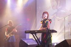 蒼山幸子(Vo, Key)。弾いているのは新製品のFA-06。