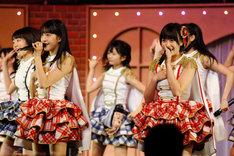 新曲「桜、みんなで食べた」を歌唱する田島芽瑠、朝長美桜(手前左から)。 (c)AKS