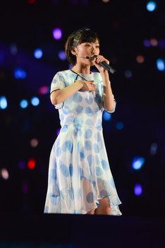 「水玉模様」を歌う生駒里奈。