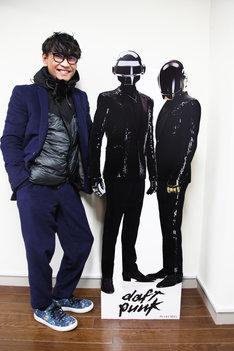 Daft Punkの立て看板の隣で笑顔を見せる山口一郎(サカナクション)。