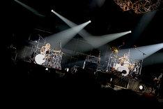 茂木欣一(Dr)と高里悟(Dr, Vo)によるドラムバトルの様子。 (photo by Rickey Wang)