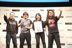 「CDショップ大賞」を受賞し、喜びのポーズを決めるマキシマム ザ ホルモン。