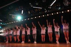 2013年3月11日に東京・AKB48劇場で行われた復興支援特別公演の様子。(C)AKS