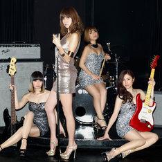 hitomiとMAX。左からMINA(B)、hitomi(Vo)、LINA(Dr)、NANA(G)。