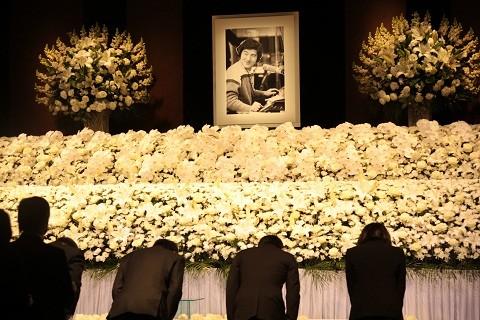 大瀧詠一お別れ会の献花の様子。