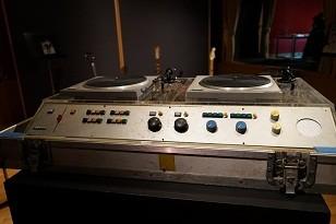 TBSラジオ「ゴー!ゴー!ナイアガラ」収録時に使用されたターンテーブル。