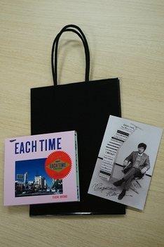 会葬御礼品として参列者に配られた、式典限定ボックス仕様のアルバム「EACH TIME 30th Anniversary Edition」。