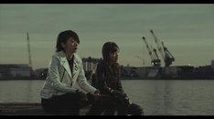 乃木坂46「孤独兄弟」PVのワンシーン。左から橋本奈々未、白石麻衣。