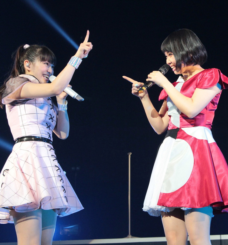 2014年3月に対バンツアー「Perfume FES!! 2014」の広島公演として行われた、Perfumeと9nineのツーマンライブの様子。左からあ~ちゃん、ちゃあぽん。