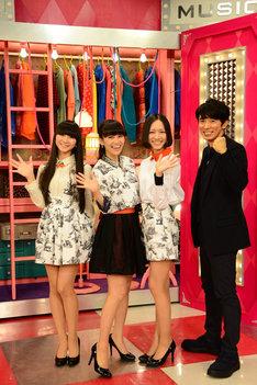 「MUSIC JAPAN」取材会に登場したPerfumeとユースケ・サンタマリア。左からかしゆか、あ~ちゃん、のっち、ユースケ。