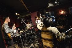 関取花「『いざ行かん』リリース記念ワンマンライブ」アンコールでのセッションの様子。