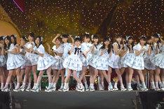 3月29日に東京・国立競技場で行われたAKB48単独コンサート新曲「ラブラドール・レトリバー」を初披露するAKB48。 (c)AKS