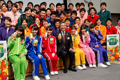 チームしゃちほこ、カゴメ新入社員、寺田直行社長で記念撮影。