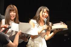 ケーキの箱を持つ青木千春(左)とファン一同から贈られたバースデーケーキに笑顔を浮かべる浦谷はるな(右)。