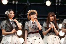 AKB48のファンに向けて挨拶をする生駒里奈(中央)。 (c)AKS