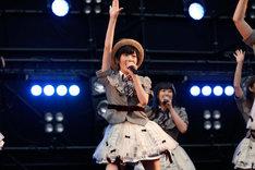 AKB48チームBの一員として「初日」をパフォーマンスする生駒里奈。 (c)AKS