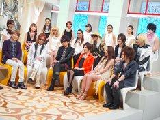 小室哲哉、TM NETWORK、TRF、華原朋美、鈴木亜美、ゴールデンボンバー、E-girlsによるトークの様子。